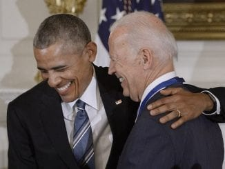 Barack Obama abraça o candidato Joe Biden, quem declarou apoio, e alfineta políticas do governo Trump no combate à pandemia da covid-19.