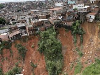 Deslizamentos de terra, quedas de árvore, inclinação de poste e alagamentos são o saldo da forte chuva desde a madrugada desta segunda-feira, 27/04, em Salvador.