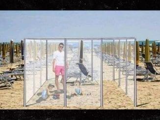 """Empresa italiana Nuova Neon Group Due Srl propõe """"caixas de praia"""", cubos de acrílico pra manter isolamento social nas areias durante pandemia de covid-19."""