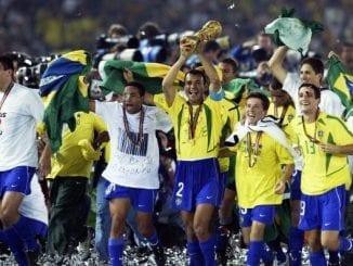 YOKOHAMA - 30 DE JUNHO: Capitão Cafu comemora com a taça após a partida Alemanha x Brasil, Final da Copa do Mundo disputada no Estádio Internacional Yokohama, em Yokohama, Japão, em 30 de junho de 2002. O Brasil venceu por 2-0. (Foto de Alex Livesey / Getty Images)
