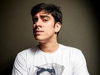 Humorista da Globo Marcelo Adnet sofreu ataques virtuais após revelar ter sofrido abusos sexuais na infância.