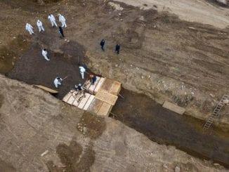 Imagens de drone mostram enterro comunitário de pessoas carentes em Nova York, recordista mundial de casos de COVID-19.