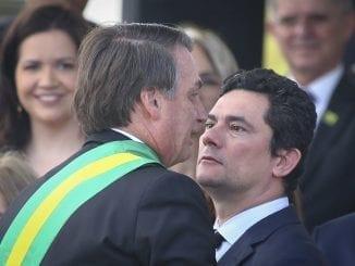 Bolsonaro diz que Moro aceitaria demissão de diretor da Polícia Federal após ser indicado ao Superior Tribunal Federal. Ex-Ministro desmentiu o presidente.