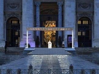 Sem fiéis, Papa Francisco comanda celebrações da Sexta-feira Santa no Vaticano. Assista.
