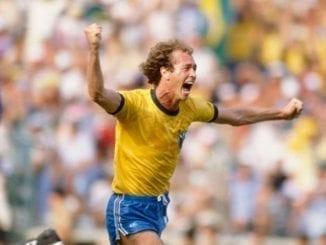 Ícone da Seleção de 1982, Falcão comemora gol contra a Escócia.