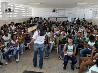 """Projeto """"Mais e Melhor Educação: em casa"""" vai beneficiar alunos de Camaçari enquanto durar suspensão de aulas pela pandemia de covid-19."""